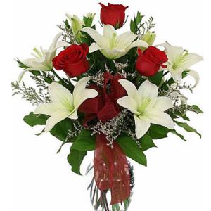 Arreglo de rosas rojas y lilis blancas