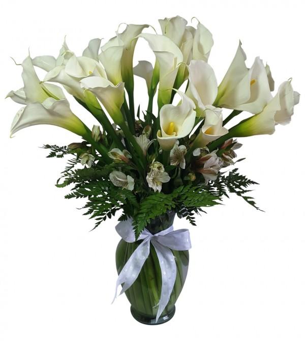 Arreglos de flores alcatraces en florero
