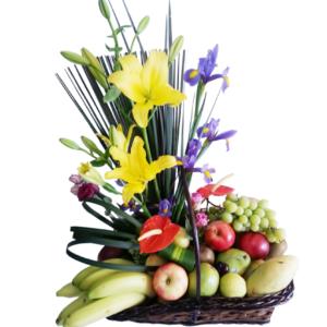Arreglo frutal con lilis e iris