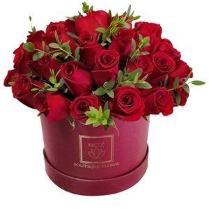 Caja color vino con rosas rojas
