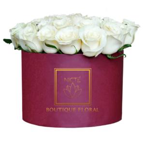 Caja color vino con rosas blancas