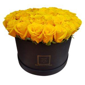 Caja negra con rosas amarillas