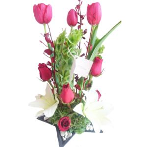 Arreglo tulipanes y lilis en base de cerámica