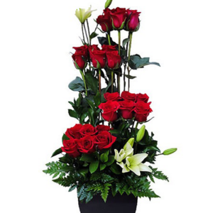 Arreglo floral de rosas y lilis blancas
