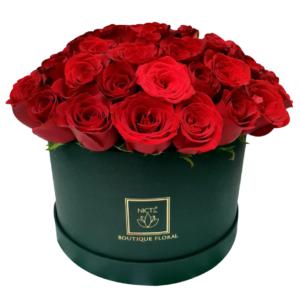 Caja negra con rosas rojas