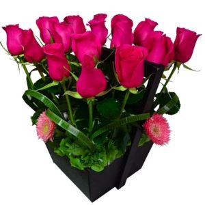 Rosas rosadas en base de madera