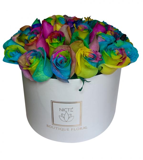 Caja blanca de rosas multicolores