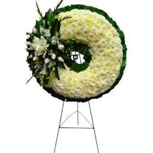 Corona con crisantemos, rosas y flores de casa blanca