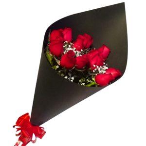 Ramo de rosas en cono negro 12 piezas