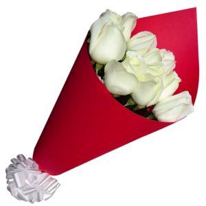 12 rosas blancas envueltas en papel rojo