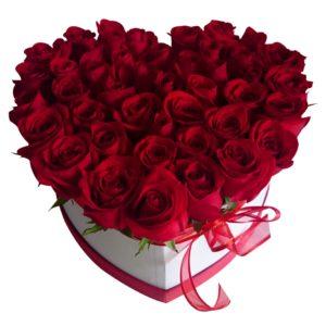Caja de rosas rojas en forma de corazón