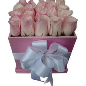 Caja de rosas rosadas con moño blanco