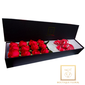 Caja negra con 12 rosas