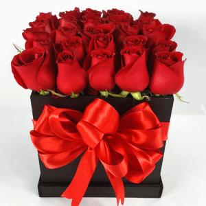 Caja de flores negra con rosas rojas