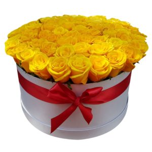 Caja de rosas amarillas en caja blanca