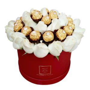 Caja de rosas blancas con chocolates