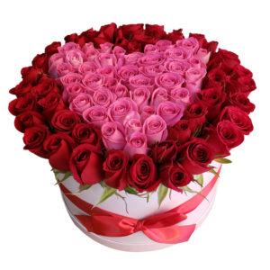Caja de rosas con corazón central