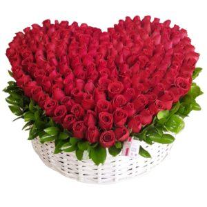 Corazón de rosas rojas en canasta