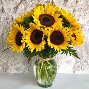 Sorprende a esa persona especial con un precioso arreglo de girasoles en un elegante florero con follajes finos que puedes enviar desde nuestra florería en el DF